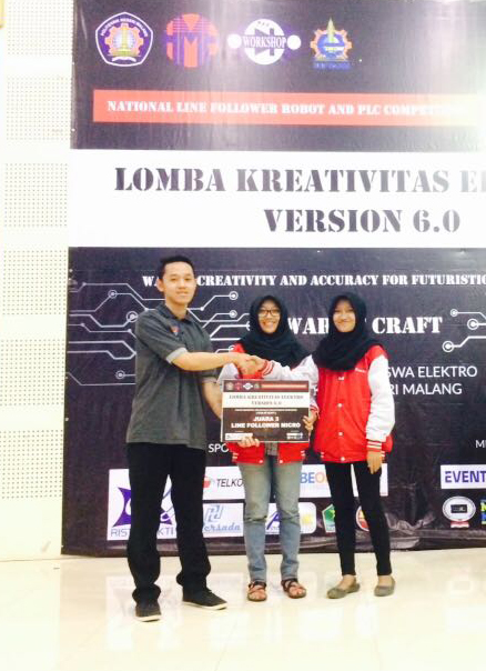 "Tim ""THE FUTURE OF OMAH ROBOT"" - Amelia (tengah) dan Qonita (kanan) Meraih Juara 3 Kategori Line Follower Micro LKE 6.0 POLINEMA"
